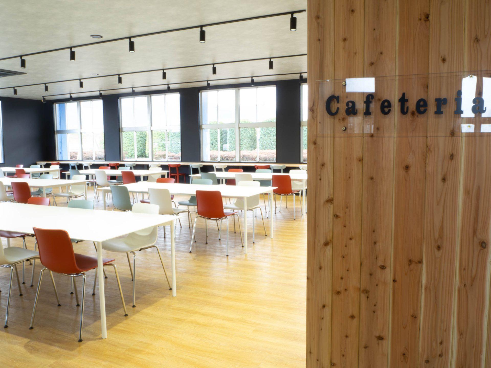 木のぬくもりを感じながら食事ができる社員食堂